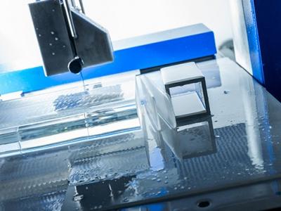 Präzises schneiden von optischem Glas in Scheiben